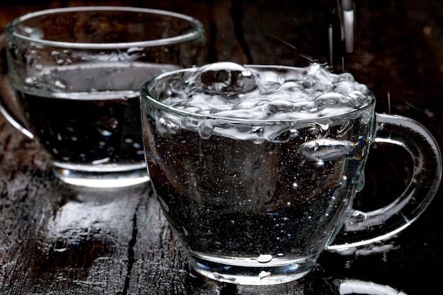 Spruzzi d'acqua in tazza di vetro