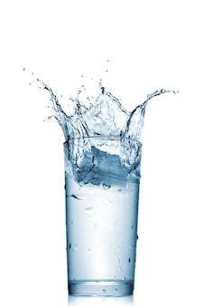 Spruzzi d'acqua in vetro isolato su bianco