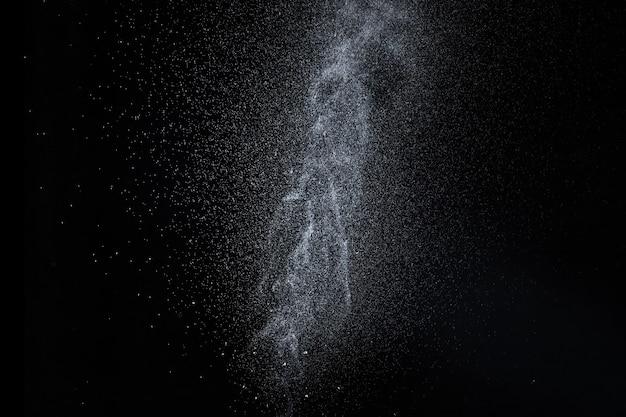 Spruzzi d'acqua, getto spray, gocce isolati su sfondo nero