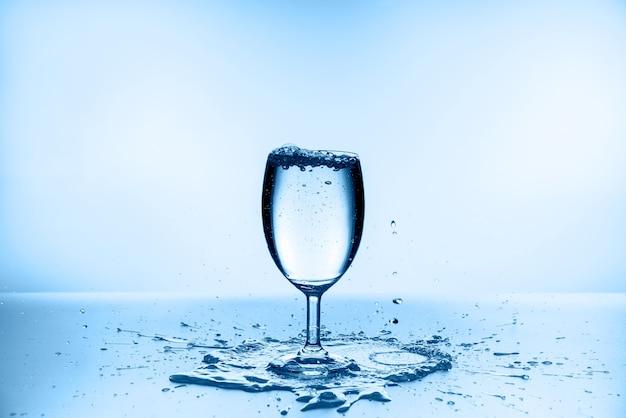 Acqua che spruzza dal vetro