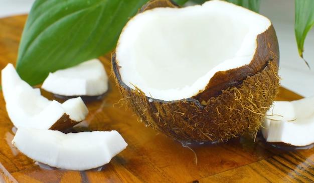 Spruzzi d'acqua nella metà del cocco