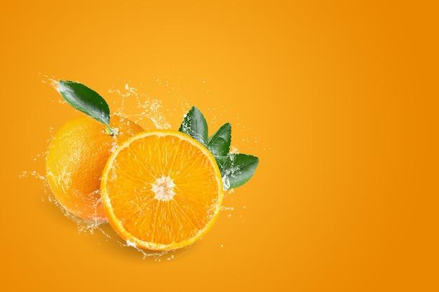 Spruzzi d'acqua sulle arance