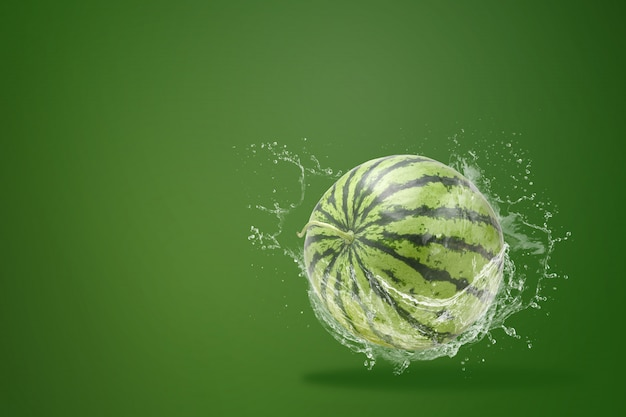 Spruzzi d'acqua a fette di anguria su sfondo verde