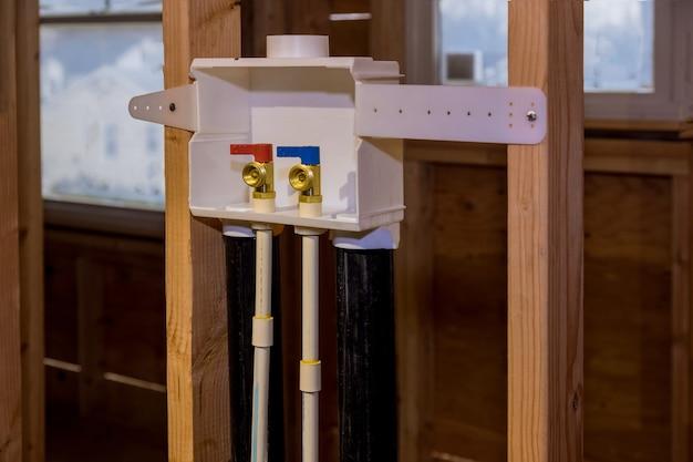 Impianto idrico a domicilio su installazione di una presa lavanderia scatole in una nuova casa per l'allacciamento dell'acqua alla lavatrice