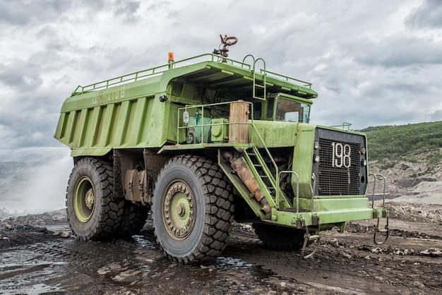 Camion cisterna di acqua che innaffia il prato sulla strada