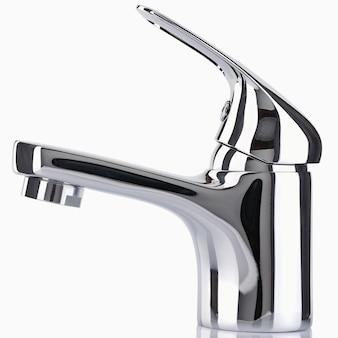 Il rubinetto dell'acqua, rubinetto per il bagno e miscelatore da cucina, isolato su uno sfondo bianco