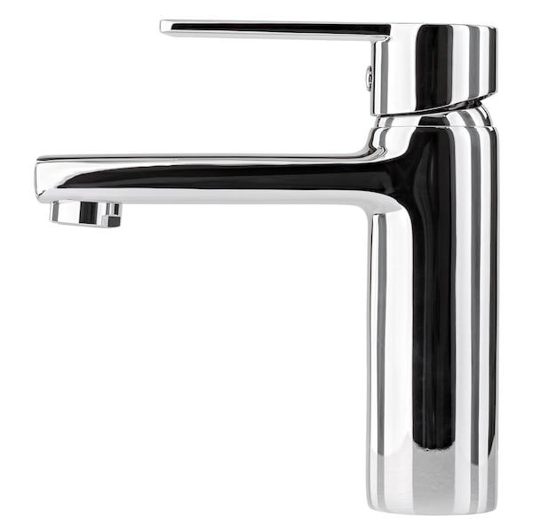 Il rubinetto dell'acqua, il rubinetto per il bagno e il miscelatore della cucina, isolato su un bianco. metallo cromato. vista laterale
