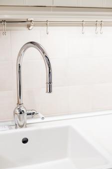 Rubinetto dell'acqua e lavandino in una cucina moderna