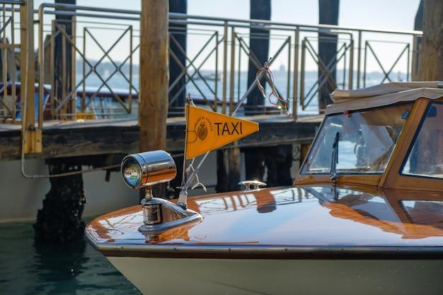 Barca taxi acqueo sul canal grande a venezia