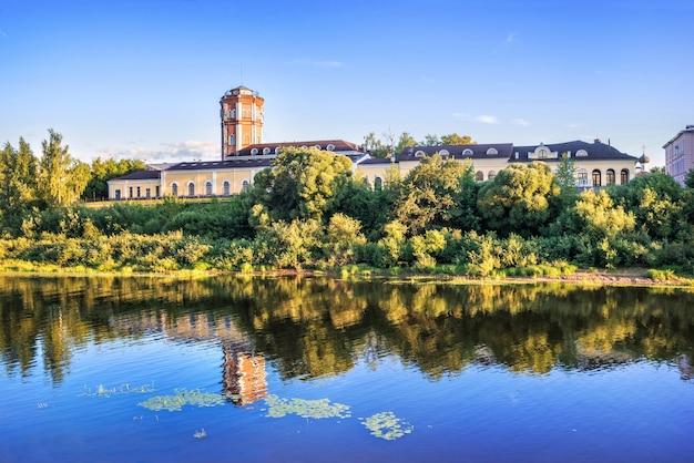 Torre dell'acqua e riflesso nel fiume a vologda alla luce di una sera d'estate
