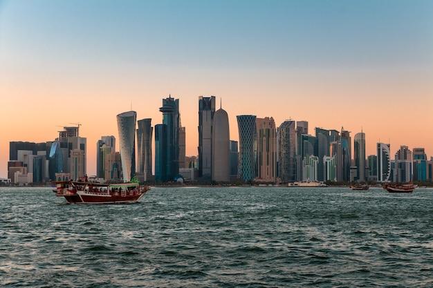 Traffico acquatico e grattacieli di doha