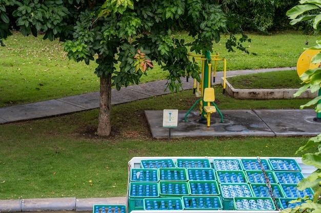 Consegna del servizio di camion dell'acqua in strada accanto al giardino