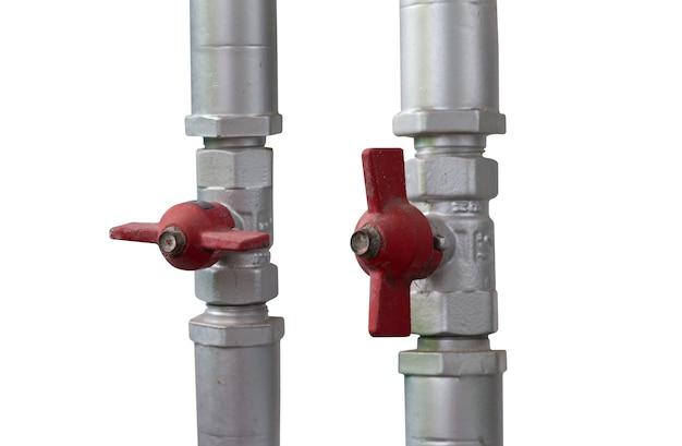La valvola dell'acqua al tubo di acciaio di collegamento isolato su sfondo bianco
