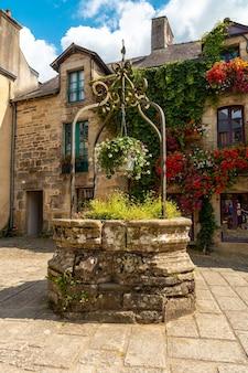 Pozzo d'acqua nella piazza del borgo medievale di rochefort-en-terre, dipartimento del morbihan nella regione della bretagna. francia