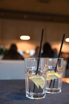 Acqua con limone, bevande, cocktail sul tavolo nella caffetteria