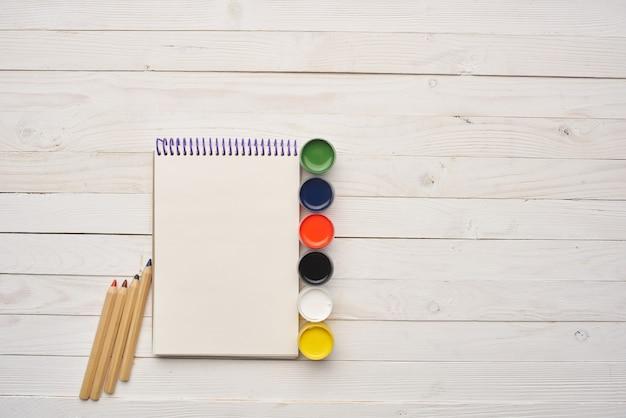 Disegno artistico di matite di blocco note con pittura ad acquerello