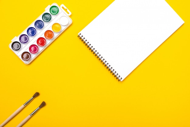 Pitture e spazzole dell'acquerello con tela per la pittura con copyspace