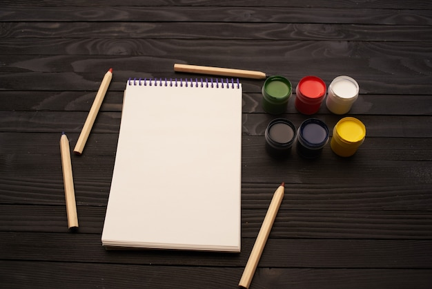 Acquerello dipinge matite blocco note strumenti di disegno arte legno scuro sfondo