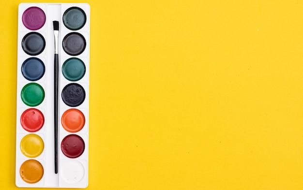 Colori ad acquerello su fondo giallo colori per disegnare