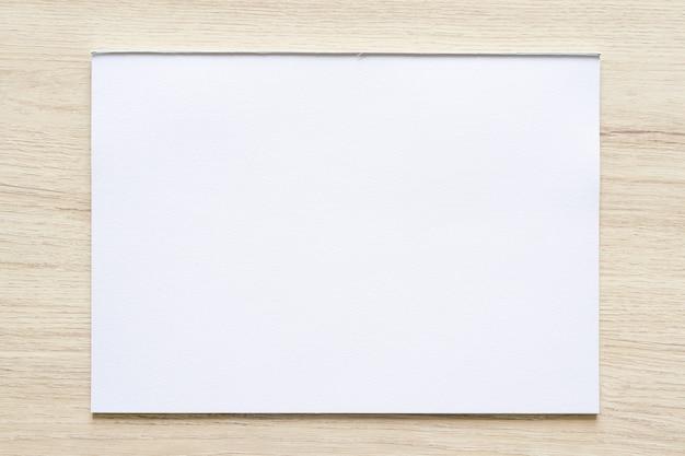 Struttura di carta dell'acquerello su fondo di legno con il percorso di residuo della potatura meccanica. foglio di carta bianco con bordi strappati. texture di carta patinata di alta qualità in alta risoluzione.