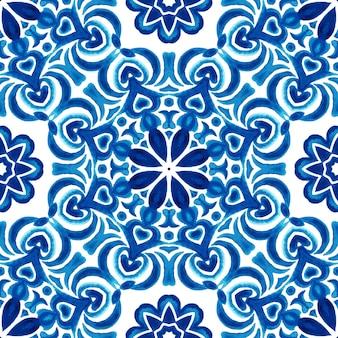Arte disegnata a mano del reticolo senza giunte dell'acquerello. mandala tondo con cuori blu e piastrelle bianche azulejo