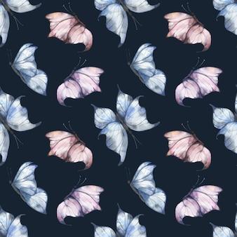 Reticolo senza giunte dell'acquerello con farfalle svolazzanti blu e rosa su uno sfondo scuro, illustrazione estiva per cartoline, tessuti, imballaggi.