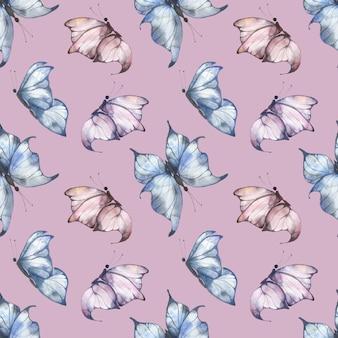 Reticolo senza giunte dell'acquerello con farfalle svolazzanti blu e rosa su uno sfondo rosa, illustrazione estiva per cartoline, tessuti, imballaggi.