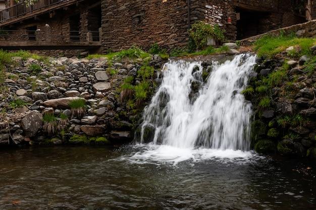 Cascata sul fiume arrago a robledillo de gata, spagna, l'acqua cade selvaggiamente tra rocce di granito, acqua di seta