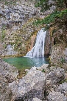 Cascata alla nascita del fiume mundo situata nel parco naturale di los calares vicino a riopar spagna