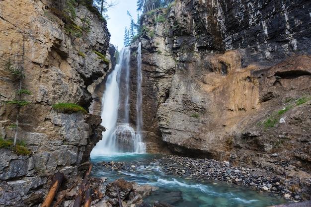 Cascata nelle montagne canadesi