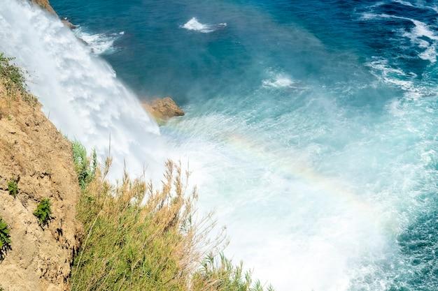 La natura della cascata duden viaggia ad antalya, in turchia e arcobaleno dall'acqua