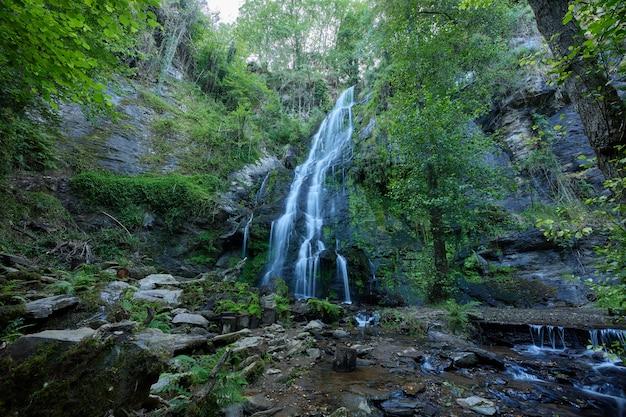 Cascata in una foresta della galizia formata dal fiume iso.