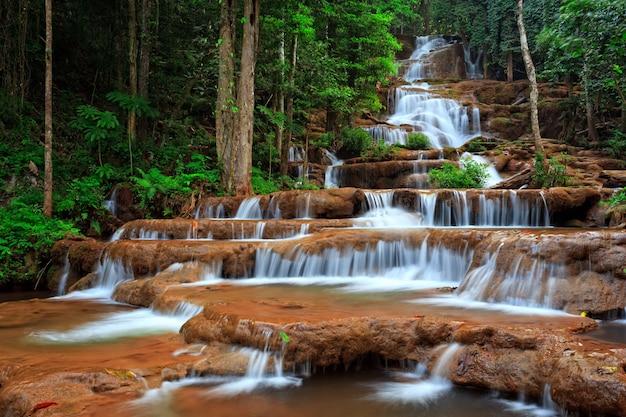 Cascata nella foresta del nord della thailandia