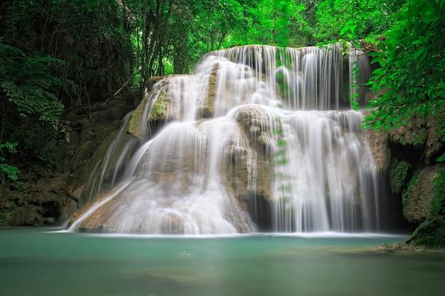 Cascata nella foresta della thailandia occidentale, huay mea khamin