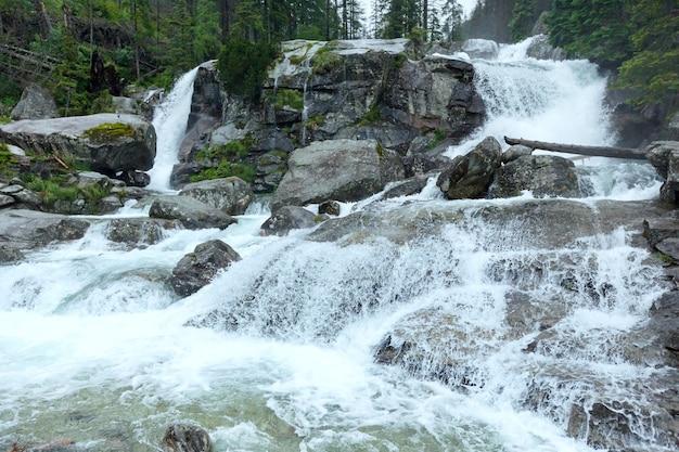 Cascata nella vista di estate della grande valle fredda (velka studena dolina). alti tatra, slovacchia.