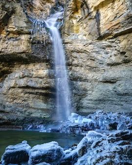 Cascata di acqua ghiacciata, rocce fredde e ghiacciate. lunga esposizione fotografica. spagna.