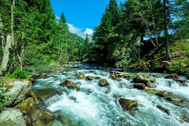Cascata in montagna nel parco nazionale degli alti tauri in austria.