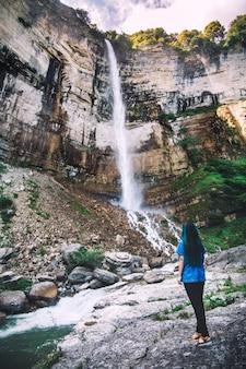 Cascata nella vista delle montagne rocciose