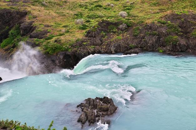 Cascata salto grande nel parco nazionale torres del paine in patagonia, cile