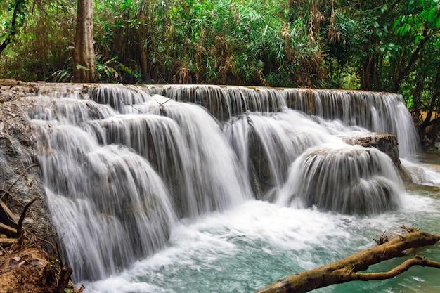 La cascata e il piccolo laghetto fresco con acqua turchese. concetto di turismo ecologico. natura straordinariamente bella con foresta di acqua limpida e giungla selvaggia. cascate di kuang si a luang probang laos