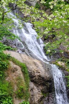 Cascata di sant'andrea vicino alla città di sarpi in adjara, georgia