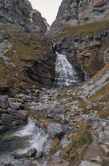 Cascata che cade tra le rocce di una montagna