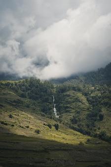Cascata nella parte superiore della montagna sa pa vietnam