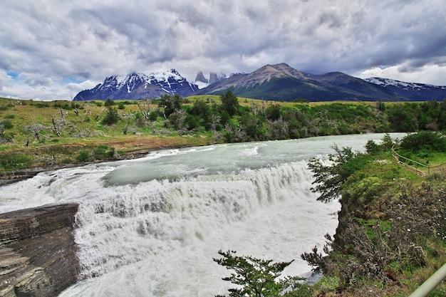 Cascata nel parco nazionale torres del paine, patagonia, cile