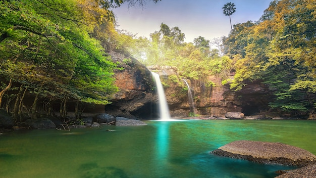 Cascata nella foresta tropicale al parco nazionale di khao yai thailandia vista della cascata dall'interno del cav