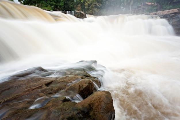 Cascata nella foresta tropicale, a nord della thailandia