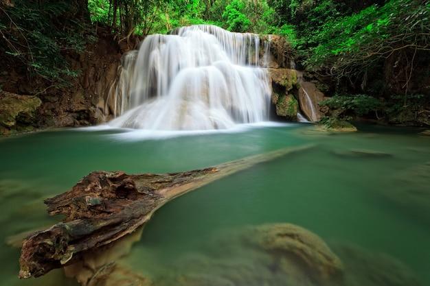 Cascata nella foresta tropicale, a ovest della thailandia