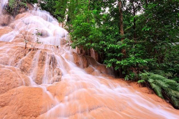 Cascata nella foresta tropicale, a ovest della thailandia Foto Premium