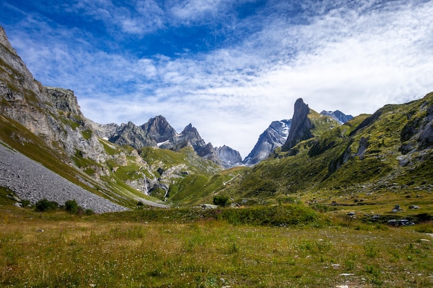 Cascata nella valle alpina del parco nazionale della vanoise, savoie, alpi francesi