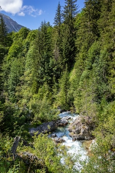 Cascata nel parco nazionale della vanoise, savoie, alpi francesi